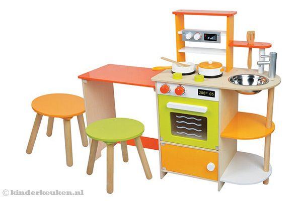 Keuken met eettafel en krukjes
